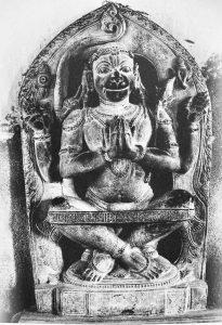 Hanuman en Sukasana con cinta para soportar rodillas.