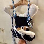 Las cuerdas son un excelente soporte cuando se tienen limitaciones físicas en la práctica de yoga.