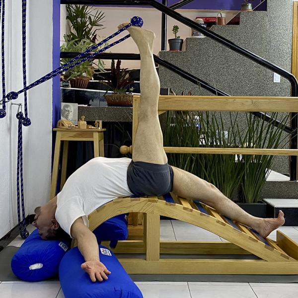 kurunta-yoga-cuerdas-banco-ballena-y-bolsters